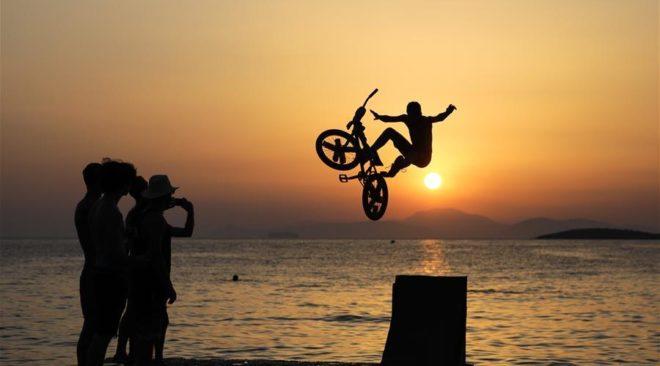 Καβούρι: Βουτιές στο ηλιοβασίλεμα με το BMX