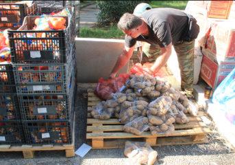 Βούλα: Ουρές για δωρεάν τρόφιμα σε απόρους