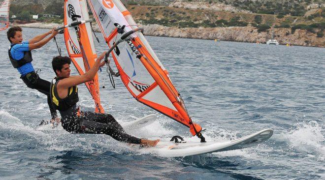 Βάρκιζα: Ο γύρος της αθηναϊκής ριβιέρας με windsurf