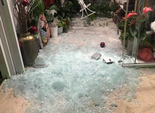 Αφηνιασμένοι ληστές στη Βούλα διέρρηξαν τρία καταστήματα
