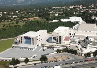DEMO ABEE: Η πρώτη εταιρεία παγκοσμίως που παρήγαγε νοσοκομειακή αντιβίωση - σύνθετα μόρια σε πλαστικό περιέκτη
