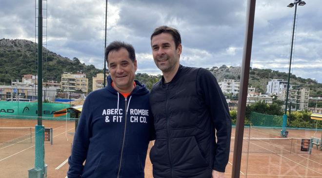 Στη Βάρη για φιλικό τένις με τον Τσιάρτα ο Άδωνις Γεωργιάδης