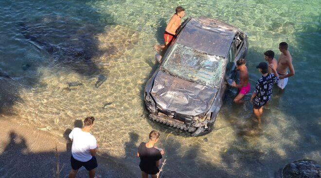 Βάρκιζα: Αυτοκίνητο έκανε ...βουτιά σε πολυσύχναστη παραλία